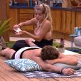 Jaqueline fez massagem em Breno na área externa da casa do 'Big Brother Brasil', na tarde deste sábado, 3 de fevereiro de 2018