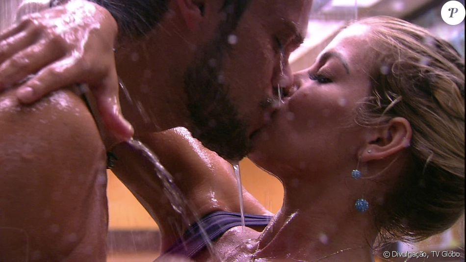 Breno e Jaqueline trocaram beijos debaixo do chuveiro da casa do 'Big Brother Brasil' na noite deste sábado, 3 de fevereiro de 2018