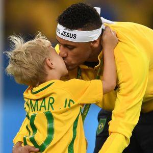 Davi Lucca. Foto do site da Pure People que mostra Neymar chora com homenagem do filho, Davi Lucca, em aniversário. Veja!