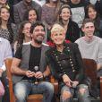 Xuxa, com a calça rasgada nos joelhos, participa do 'Altas Horas' ao lado do namorado, Junno Andrade