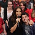 Ivete Sangalo posa com um fã da plateia do 'Altas Horas'