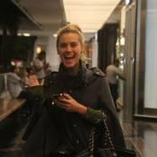 Carolina Dieckmann se diverte com fotos de paparazzo em shopping do Rio