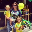 Alessandra Ambrosio veste camisa com estampa diferenciada e o nome do Brasil