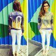 Fernanda Paes Leme usa moletom personalizado com o seu nome e finaliza o look com uma calça branca e uma wedge amarela