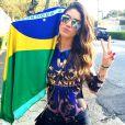 Camila Coelho usa body estampado com as cores do Brasil