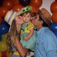 Debby Lagranha e o marido, Leandro Franco, dão beijo carinhoso em Maria Eduarda