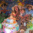 Debby Lagranha canta parabéns com Maria Eduarda no colo