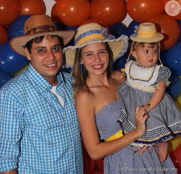 Debby Lagranha e o marido, Leandro, fazem festa caipira para comemorar 1 ano de Maria Eduarda (14 de junho de 2014)