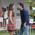 """Luiza (Bruna Marquezine) começa a se preocupar com o ciúme desmedido de Laerte (Gabriel Braga Nunes), na novela 'Em Família"""""""