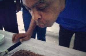 Gilberto Gil ganha bolo de aniversário no dia em que completa 72 anos: 'Mestre'