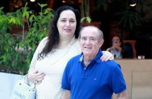 Mulher de Renato Aragão comenta nova internação do humorista: 'Ele está ótimo'