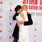 Bruce Willis dá beijo de cinema em sua mulher na pré-estreia de 'Duro de Matar'