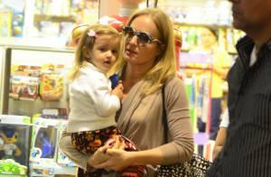 Angélica passeia com a filha caçula, Eva, em shopping no Rio