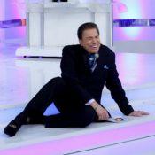 Silvio Santos machucou o cotovelo ao cair durante sorteio da Tele Sena, no SBT