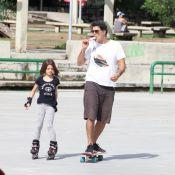 Eduardo Moscovis e Cynthia Howlett andam de skate e patins com os filhos