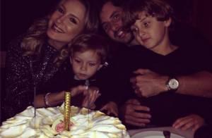 Claudia Leitte comemora aniversário com bolo ao lado do marido e dos filhos