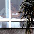 Gisele Bündchen chega ao Brasil e aparece em sacada de hotel no Rio em clima de romance com o marido, Tom Brady
