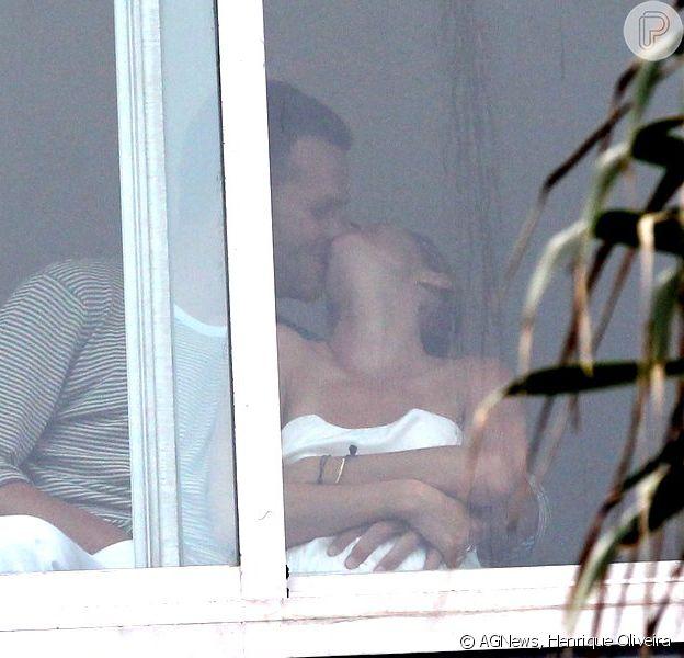 Gisele Bündchen chega ao Brasil e aparece em sacada de hotel no Rio em clima de romance com o marido, Tom Brady, neste sábado, 12 de julho de 2014