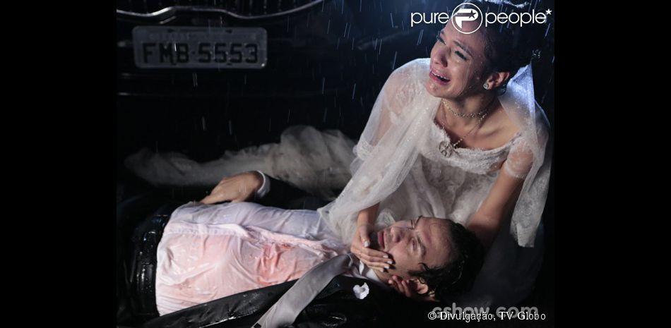 Luiza (Bruna Marquezine) chora com Laerte (Gabriel Braga Nunes) baleado em seus braços, no último capítulo de 'Em Família'