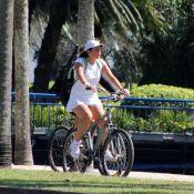 Malu Mader usa shortinho para pedalar ao lado do marido, Tony Belotto, no Rio
