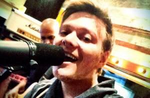 Michel Teló publica foto de ensaio em estúdio para novo DVD