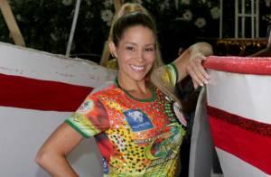 Danielle Winits desfila pela Grande Rio com fantasia feita com 30 mil cristais