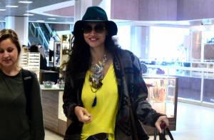 Débora Nascimento posa com fãs ao embarcar em aeroporto no Rio