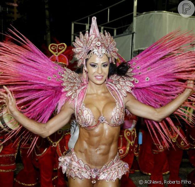 Gracyanne Barbosa desfila como madrinha da Unidos do Jacarezinho, na Marques de Sapucaí, no Rio de Janeiro, em 8 de fevereiro de 2013