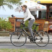 Agasalhada, Christiane Torloni anda de bicicleta na orla do Rio