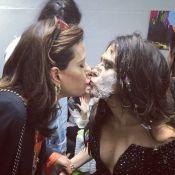 Narcisa Tamborindeguy cai no palco do 'Tudo pela Audiência' e beija Tatá Werneck