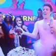 Fábio Porchat joga bolo nos convidados do 'Tudo pela Audiência' durante a comemoração do aniversário de Tatá Werneck