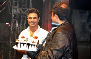 Zezé Di Camargo comemora aniversário em show em MG com a presença da namorada