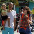 Carolinie Figueiredo levou os filhos Bruna Luz e Theo para passear no calçadão da praia da Barra da Tijuca, na Zona Oeste do Rio