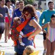 Carolinie Figueiredo levou os filhos Bruna Luz e Theo para passear no calçadão da praia da Barra da Tijuca, na Zona Oeste do Rio. Também acompanhada pelo marido, o diretor Guga Coelho, a atriz tomou água de coco e amamentou o pequeno Theo, de 5 meses