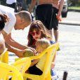 Carolinie Figueiredo e Bruna Luz se hidrataram com água de coco