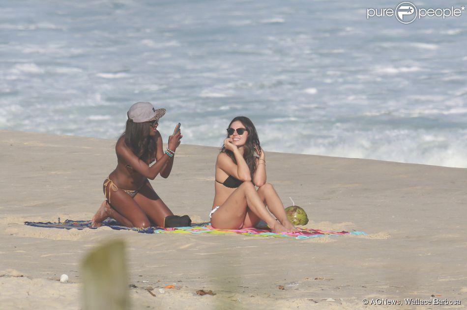 Isis Valverde aproveitou a folga das gravações da novela 'Boogie Oogie' para ir à praia nesta sexta-feira, 22 de agosto de 2014