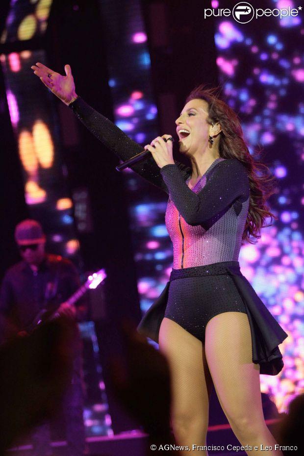 Ticiane Pinheiro curte o show de Ivete Sangalo e entrevista a cantora nos bastidores, em 28 de agosto de 2014