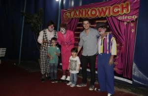 Daniel de Oliveira, no ar em 'O Rebu', se diverte com os filhos no circo