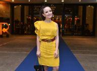 Cor do verão? Larissa Manoela alia acessórios grifados a look amarelo em prêmio