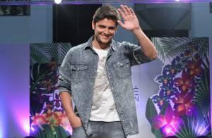 Bruno Gissoni, após o 'Dança dos Famosos', desfila em SP e faz sucesso com fãs