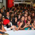 Uma verdadeira multidão de fãs esperou para ver Chay Suede