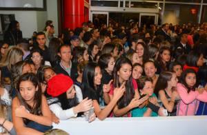Chay Suede é agarrado por fãs e causa tumulto durante desfile em São Paulo