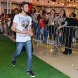 Chay Suede desfilou em um shopping de São Paulo na noite de sexta-feira, 5 de setembro de 2014. Após sua participação no evento, o ator provocou um tumulto na saída do local. Agarrado por fãs, Chay foi simpático e distribuiu sorrisos e acenos por onde passou