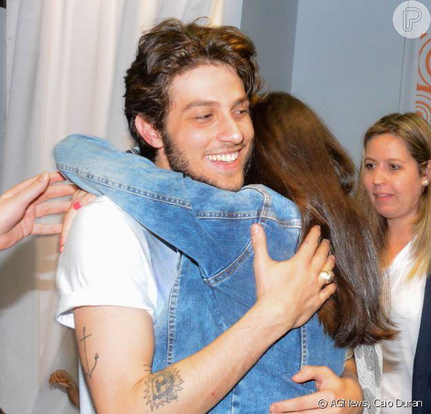 Chay Suede desfilou em um shopping de São Paulo na noite de sexta-feira, 5 de setembro de 2014 e foi muito assediado pelas fãs