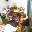Carolina Dickmann abraça o amigo Luciano Huck chorando ao rever o seu quarto de infância reconstruído no palco do 'Caldeirão do Huck' neste sábado, 6 de setembro de 2014