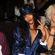 Rihanna acena para fotógrafo durante desfile do estilista Alexander Wang