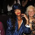 Rihanna usa look decotado e chapéu para assistir ao desfile do estilista Alexander Wang na Semana de Moda de Nova York, em 6 de setembro de 2014