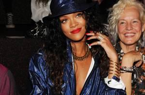 Rihanna usa look decotado para assistir desfile da Semana de Moda de Nova York