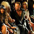Rihanna aplaude coleção do estilista Alexander Wang durante desfile