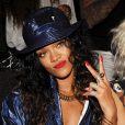 Rihanna deixa tatuagem do tórax à mostra ao usar decote em desfile